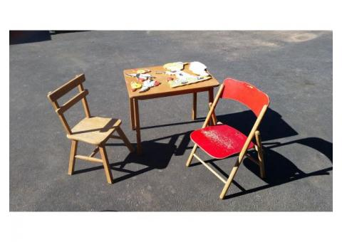 Children's play table & chairs